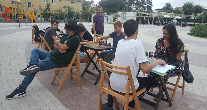 14 664ab820 e415 40e1 968c 9f477c7b18a1 - Gözleri kapalı, sırtı dönük şekilde 3 kişiye karşı satranç oynadı