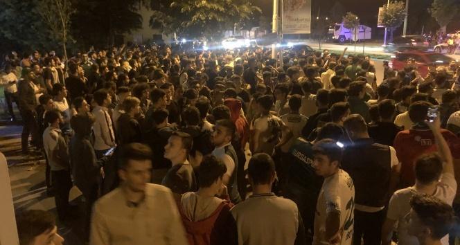 14 77a587e6 31e5 474e ab12 ca8065e492d0 - Bursaspor taraftarı kulüp tesisleri önünde toplanmaya başladı