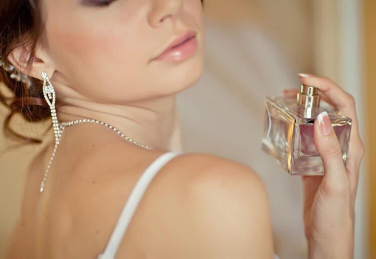 22 0d69bcaa 2c65 450b 83de 1007c046a46c - Yazın parfüm kullanmanın püf noktaları