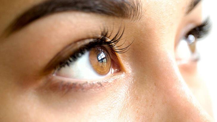 Kahverengi gözleri çarpıcı yapan makyaj önerileri