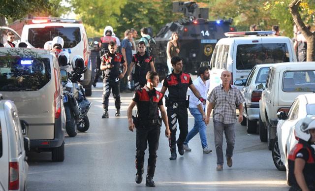 Ankara'da hareketli dakikalar: Evine yakan bir kişi polise ateş açtı