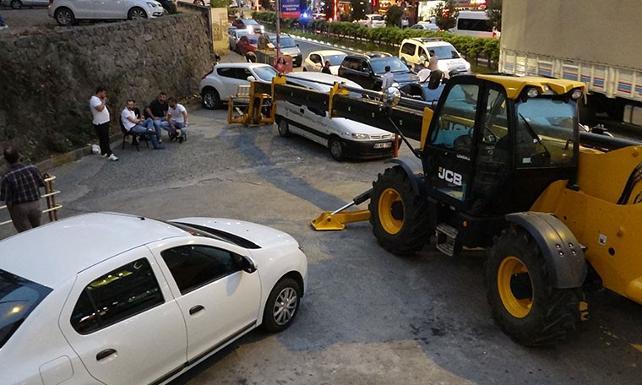 İş makinesi otoparkın önüne çekildi, araçlar mahsur kaldı