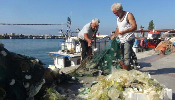 Palamut İçin Denize Açılan Balıkçının 4,5 Kilometrelik Ağına Naylon Poşet Takıldı