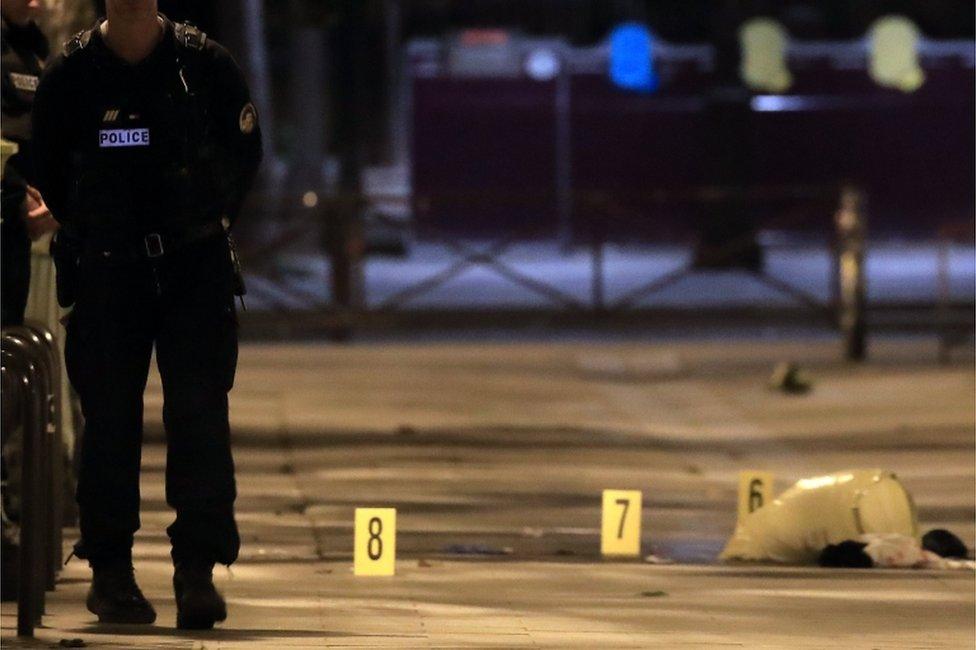 Paris'te bıçaklı saldırgan dördü ağır yedi kişiyi yaraladı