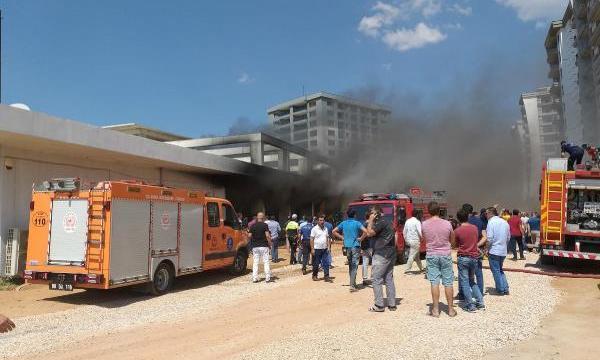 Rezidans inşaatının deposu yandı