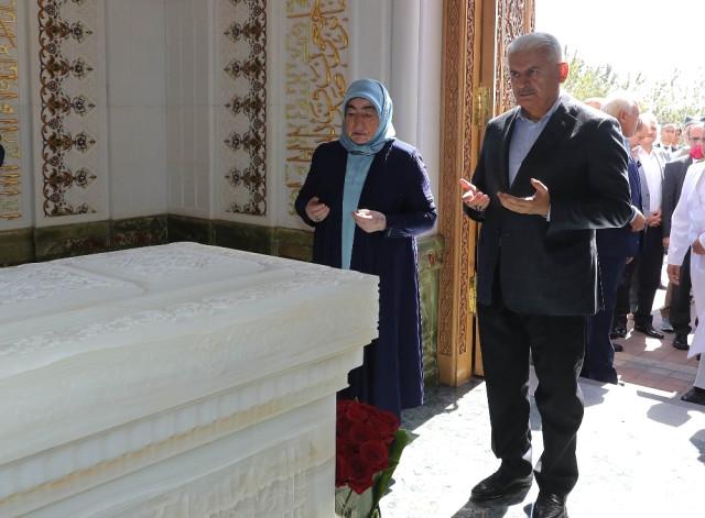 TBMM Başkanı Yıldırım'dan, İmam-ı Buhari ve İmam-ı Maturudi'nin Türbelerine Ziyaret