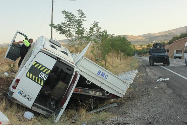 Tunceli-Elazığ karayolunda trafik kazası: 3'ü çocuk 20 yaralı