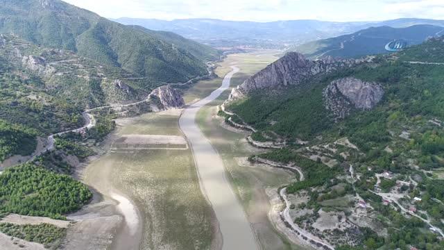 Türkiye'nin En Büyük 5. Barajında Su Seviyesi Düşünce Kuraklık Ortaya Çıktı